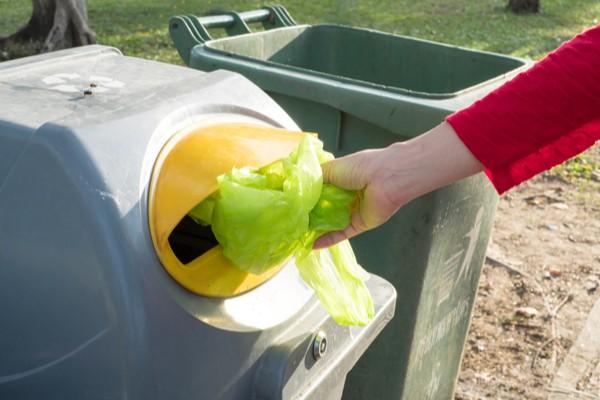 sac en plastique dans bac de recyclage